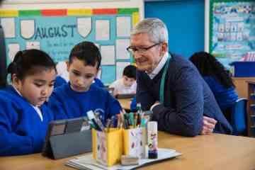 Tim Cook com crianças em escola usando o Swift Playgrounds num iPad