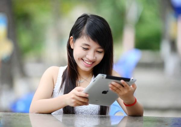 Mulher asiática usando um iPad