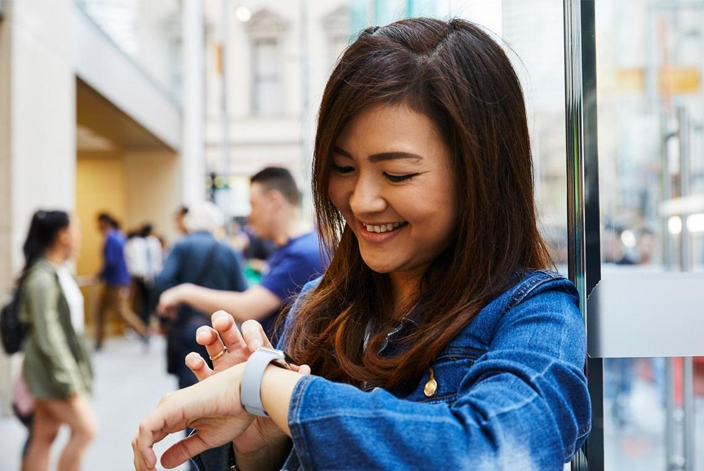 Mulher usando o Apple Watch Series 3 em Apple Store
