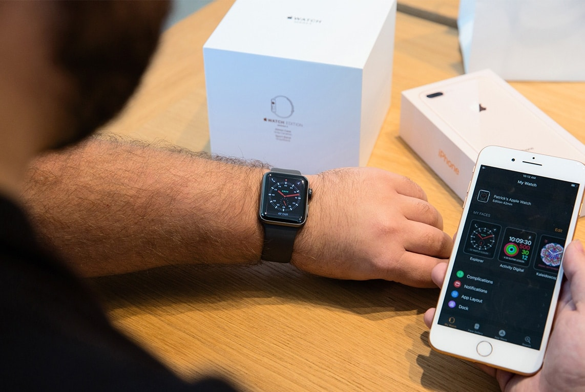 Apple Watch Series 3 no braço com iPhone 8 ao lado