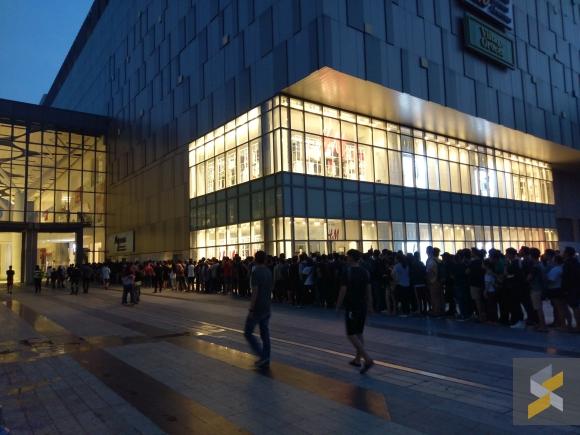 Fila para liquidação com iPhones a R$170 em revendedora da Apple na Malásia