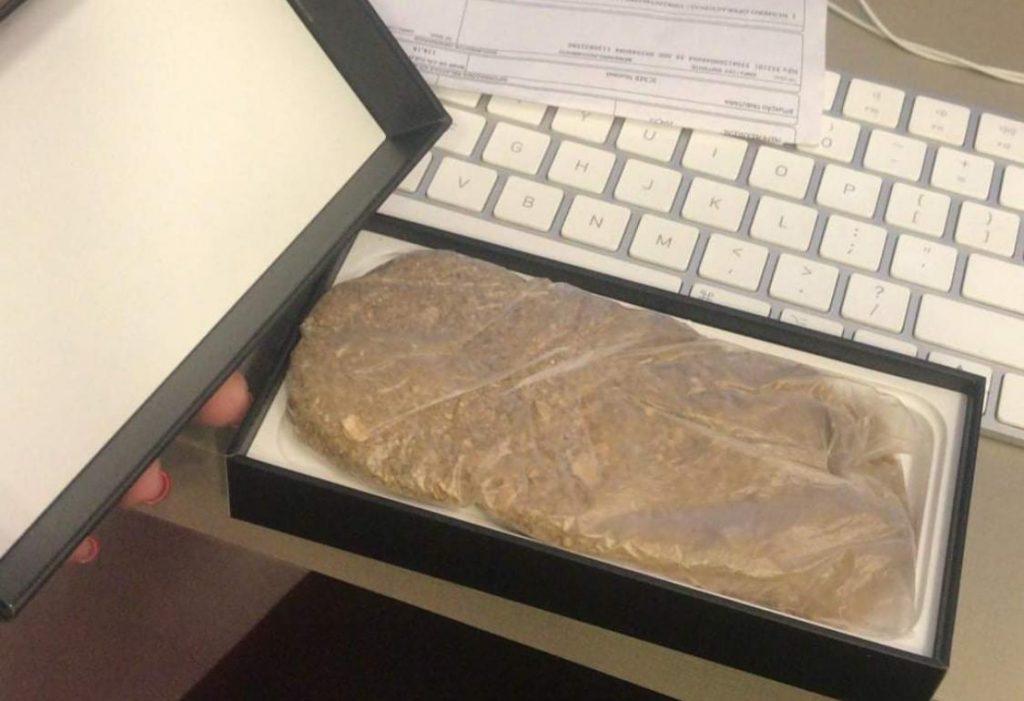 Saco de areia dentro de caixa do iPhone