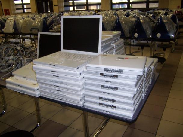 Macs sendo jogados no lixo