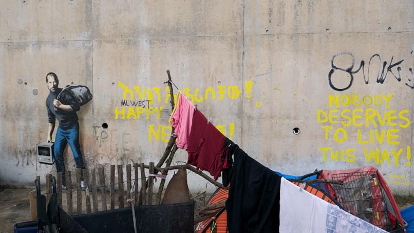 Steve Jobs pintado por Banksy em um muro em de um campo de refugiado em Calais