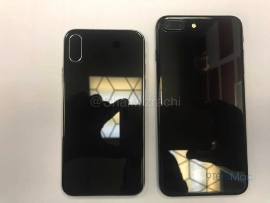 "Dummy ""iPhone 8"" ao lado de um iPhone 7 Plus"