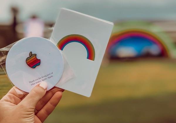 Apple Park decorado com as cores do arco-íris para inauguração e homenagem a Steve Jobs