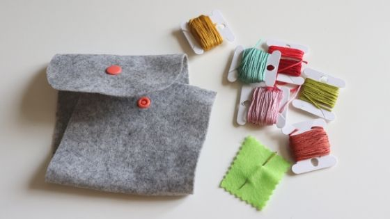 fournitures pour réaliser une petite pochette en feutrine brodée