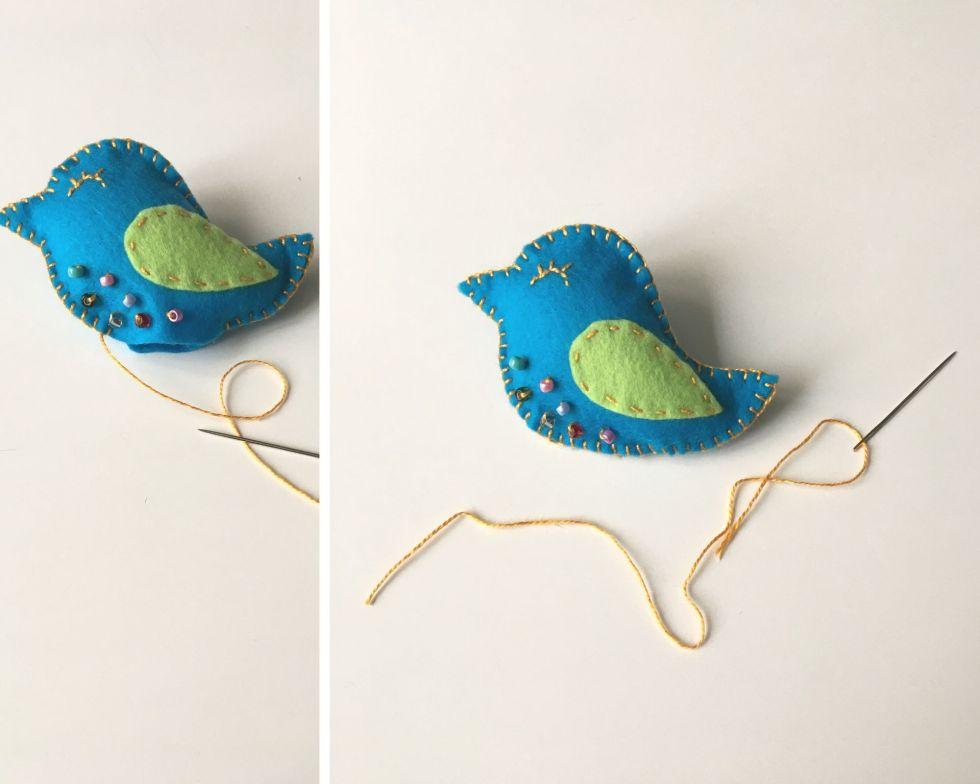 DIY Oiseau brodé Finir l'assemblage couture de la broche oiseau en feutrine