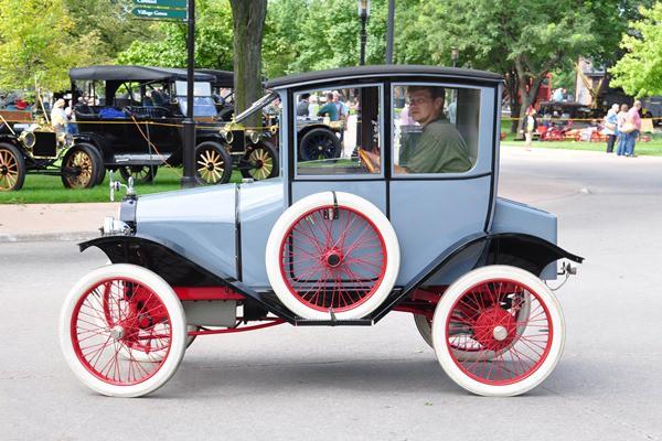 1914 Trumbull 2-pass sedan on boulevard