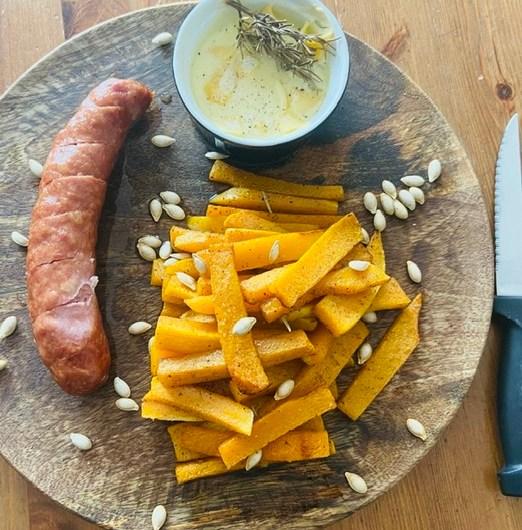 Frites de butternut et graines de courge grillées. Sauce Reblochon et saucisses de Montbéliard