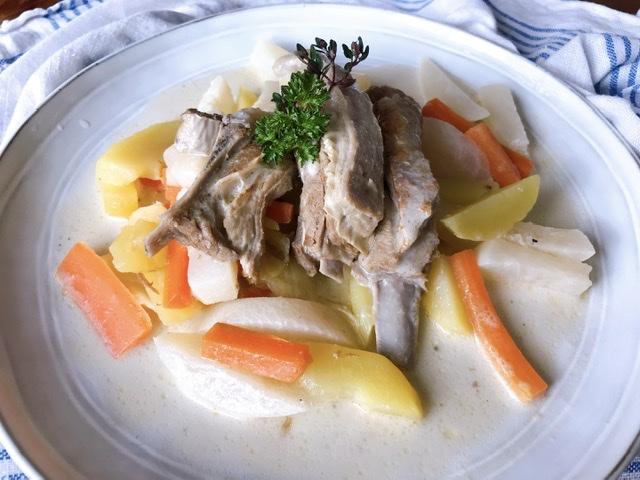Poitrine d'agneau mijotée aux légumes et à la crème