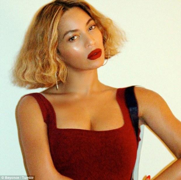 1415625127959_wps_17_Beyonce_selfies_BEYONCE_C