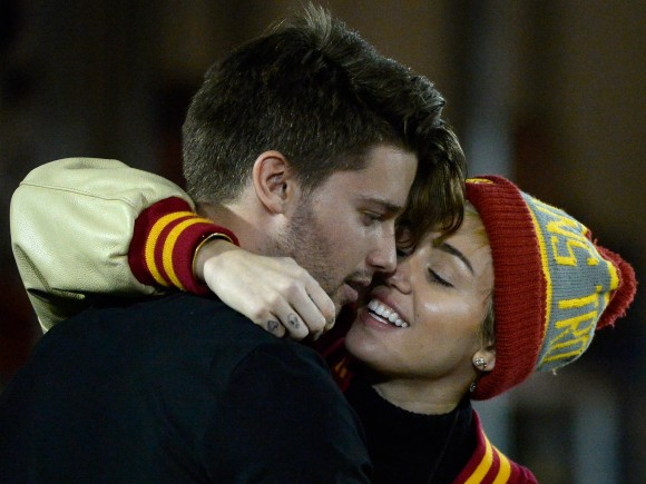 Miley-Cyrus-Kisses-Patrick-Schwarzenegger-2-580x435
