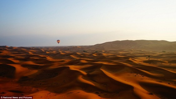 23e824a100000578-2867150-desert_dawn_dubai_photographer_gareth_lowndes_from_new_zealand_s-a-9_1418141805214