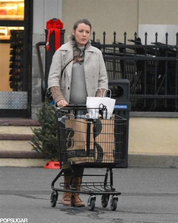 Pregnant-Blake-Lively-Buys-Christmas-Tree-Pictures-4