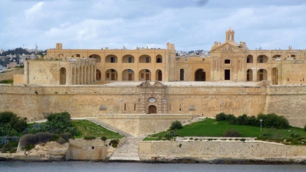this-grand-building-is-fort-manoel-in-malta.jpg.pagespeed.ce.QPSkU_LJ4h