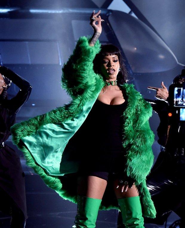 Rihanna-iHeart-Radio-Music-Awards-2015-1