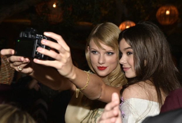 Taylor-Swift-Hailee-Steinfeld-took-selfie-September-2013