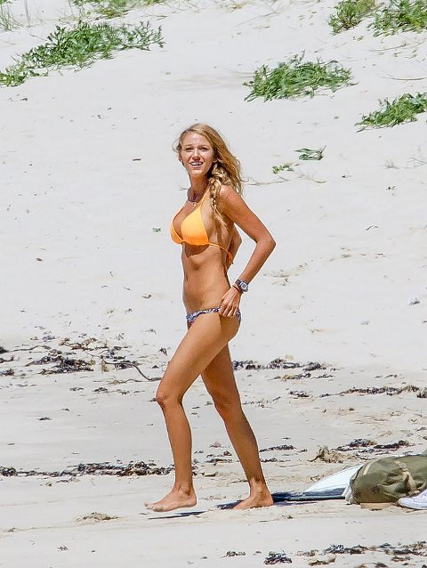 Blake-Lively-Bikini-Pictures-November-2015-1-1