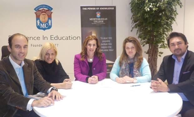 : (Από αριστερά) Ο Υπεύθυνος Επικοινωνίας του Σ.Ε.Ο., κ Γιάννης Σταθόπουλος, η  Γενική  Γραμματέας του Σ.Ε.Ο., κα Βούλα  Ζυγούρη, η Πρόεδρος του Συλλόγου Ελλήνων Ολυμπιονικών, κα. Βούλα Κοζομπόλη, η Γενική Διευθύντρια  του Mediterranean College, κα Κατερίνα Ξυνή και Ο Αναπληρωτής Διοικητικός Διευθυντής του Mediterranean College, κ. Παντελής Νικολαΐδης.