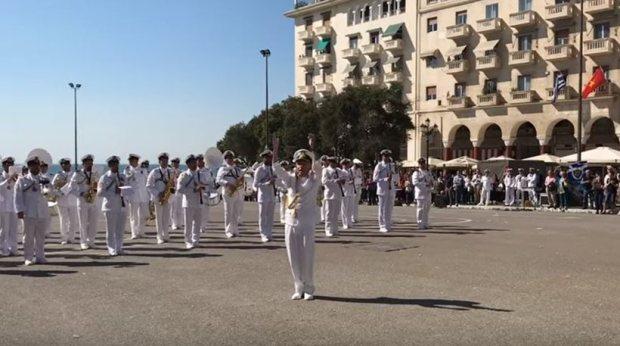 μπάντα του Πολεμικού Ναυτικού παίζει το Despacito!