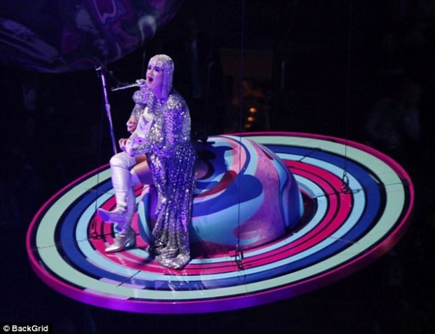 στο διάστημα κόλλησε η Katy Perry