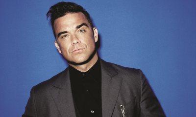 Έκανε ο Robbie Williams τατουάζ το πρόσωπο του στο στήθος