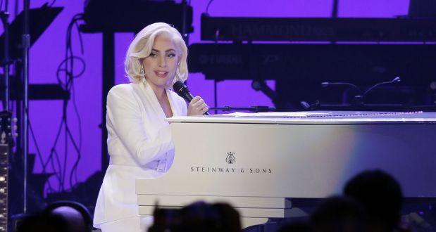 κοπέλα είναι η σωσίας της Lady Gaga!