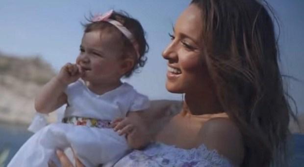 """Mommy Loves You"": To νέο τραγούδι και video clip της Καλομοίρας"