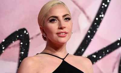 Lady Gaga καλωσορίζει το νέο έτος άβαφη και με στρινκ μαγιό!
