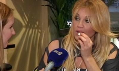 Σαμπρίνα τρώει... γαρδένιες on camera
