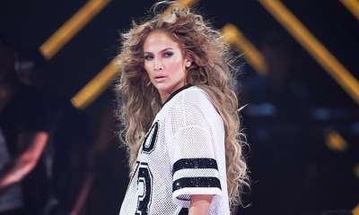 Jennifer Lopez πιο sexy από ποτέ ποζάρει με ανοιχτά πόδια... χωρίς εσώρουχο