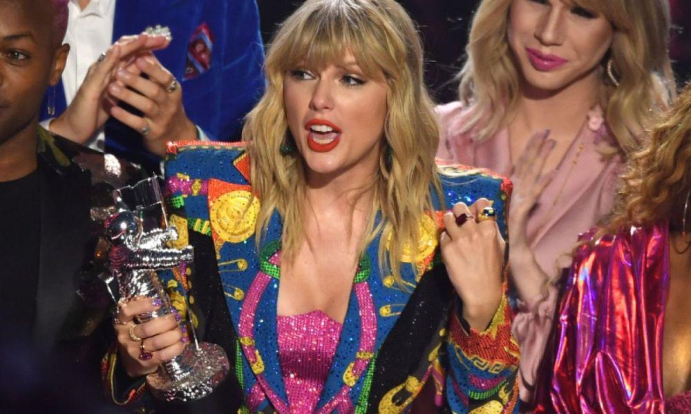 """Η Taylor Swift ξεκίνησε """"πόλεμο"""" με την πρώην δισκογραφική της"""
