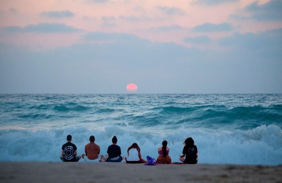 Meditación mirando al mar