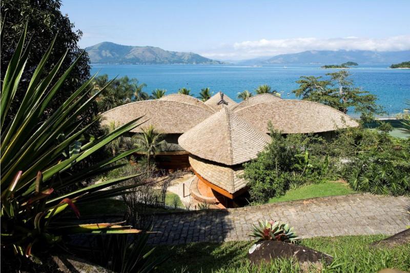 Casa construida en Brasil con forma de palmera. El techo está habilitado para recoger el agua de la lluvia