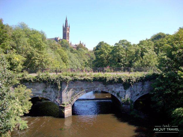 Edificio principal de la Universidad de Glasgow y el río Kelvin