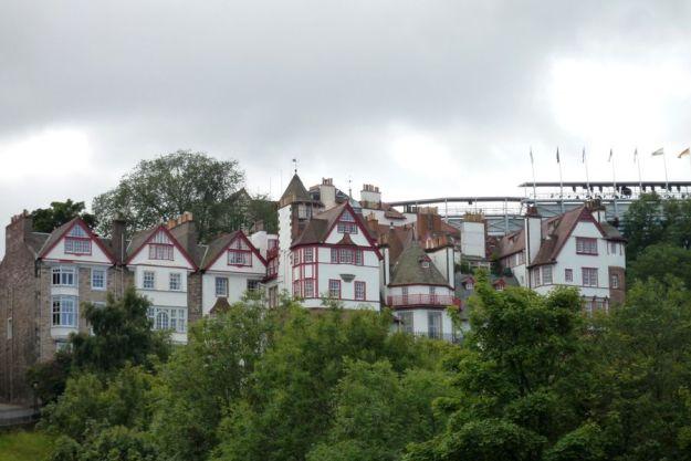 Edificios medievales vistos desde Princes Gardens, Edimburgo