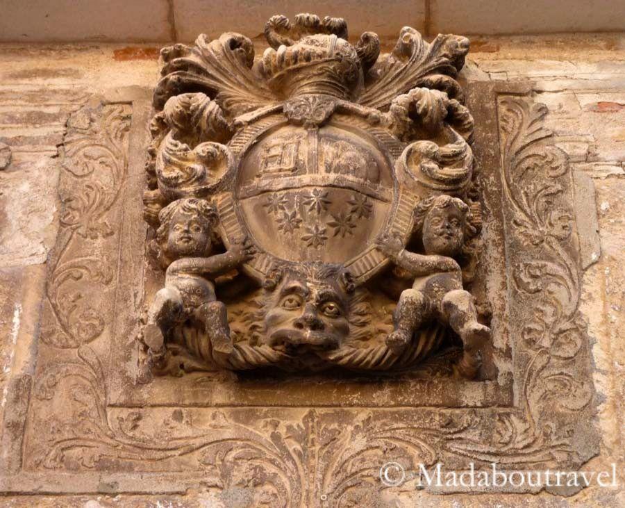 Escudo de armas en la fachada de un palacio de Fonz