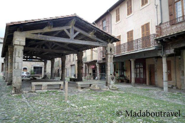 Plaza porticada de Lagrasse