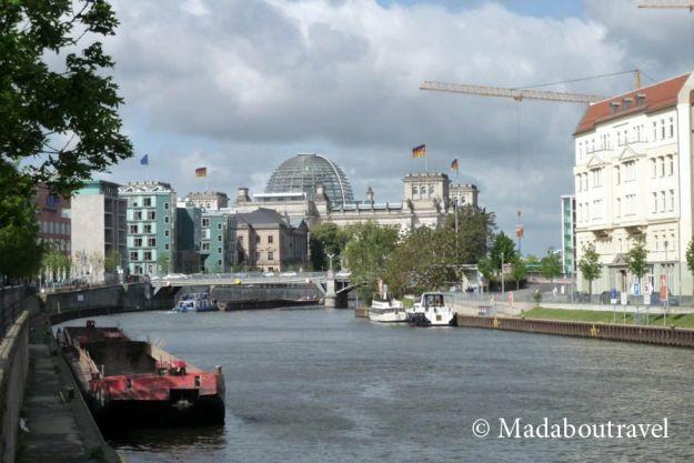 El río Spree a su paso por Berlín con el Reichstag al fondo