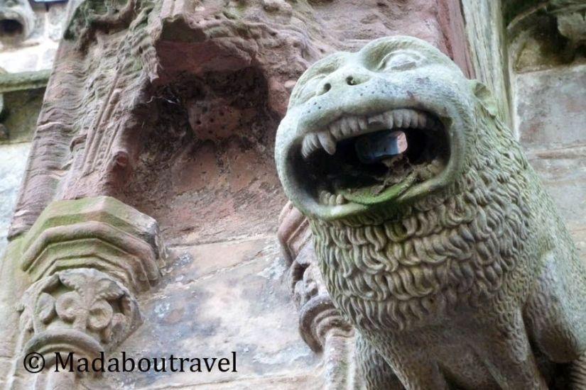 Gárgola de león en la fachada de la capilla de Rosslyn