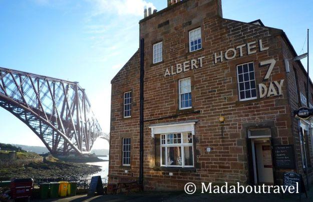 Albert Hotel y el Forth Bridge en North Queensferry