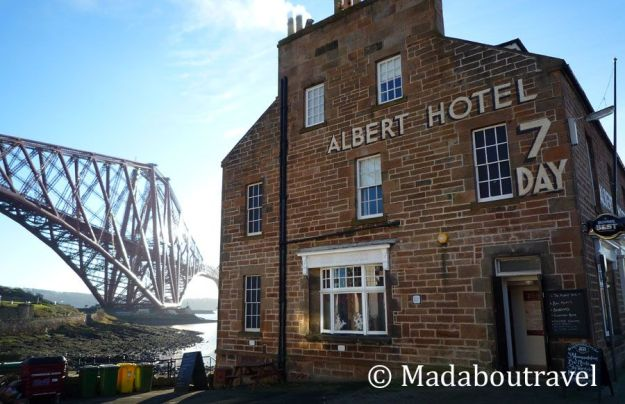 Albert Hotel y el Forth Bridge en North Queensferry