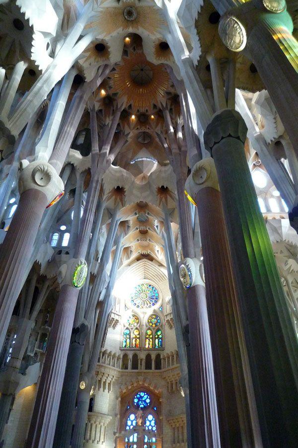 Bosque de columnas en la nave central de la Sagrada Familia, Antonio Gaudí, modernismo