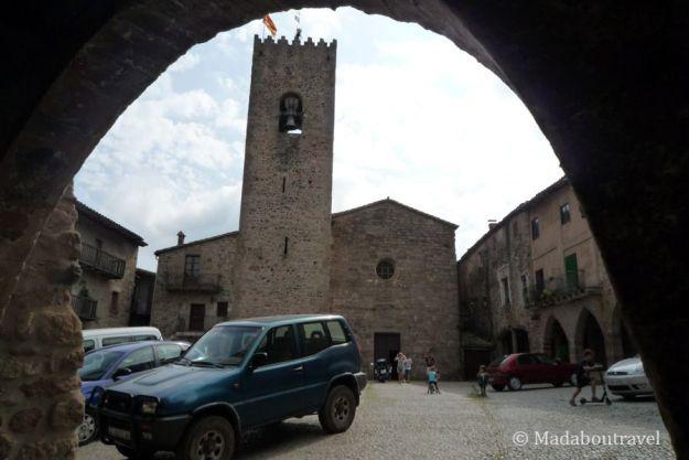 La iglesia de Santa Maria vista desde uno de los arcos de la plaza del Firal dels Bous