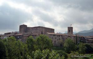 Vista del pueblo medieval de Santa Pau