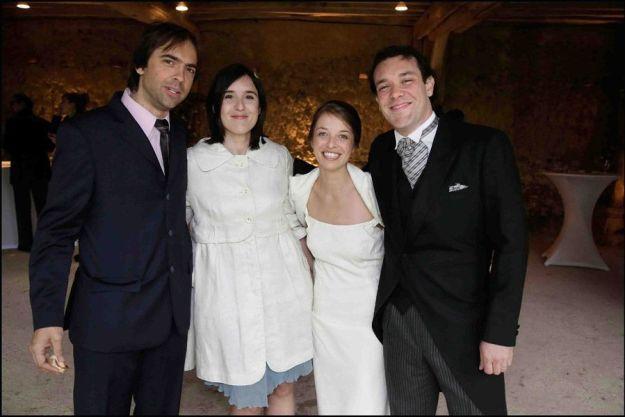 Foto con los novios y el mejor amigo de la novia© PHOTO Vincent ISORE