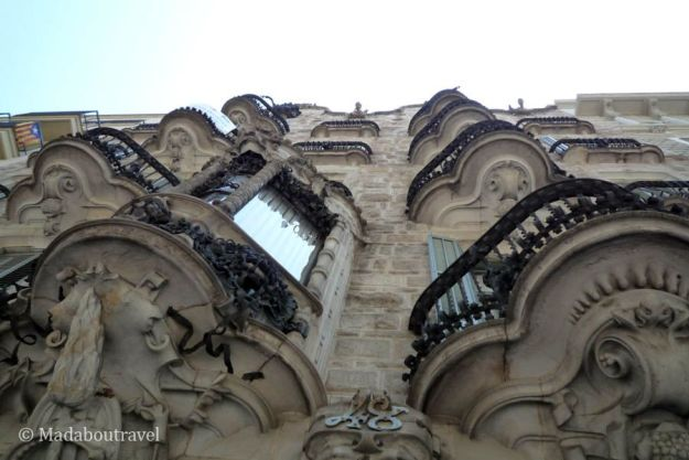 Plano contrapicado de la fachada de la Casa Calvet de Gaudí