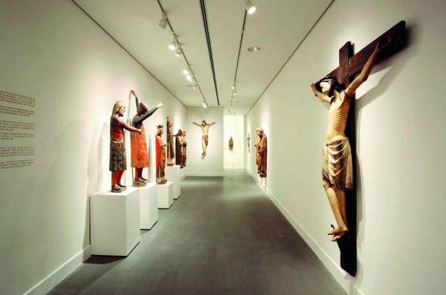 Sala de tallas medievales en la Fundació Godia