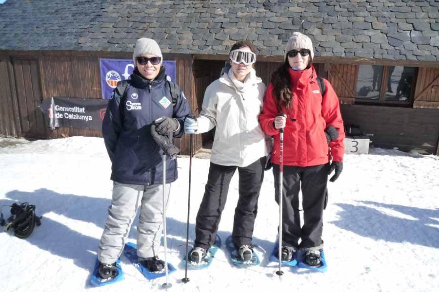 Las chicas a punto para nuestra primera excursión con raquetas de nieve